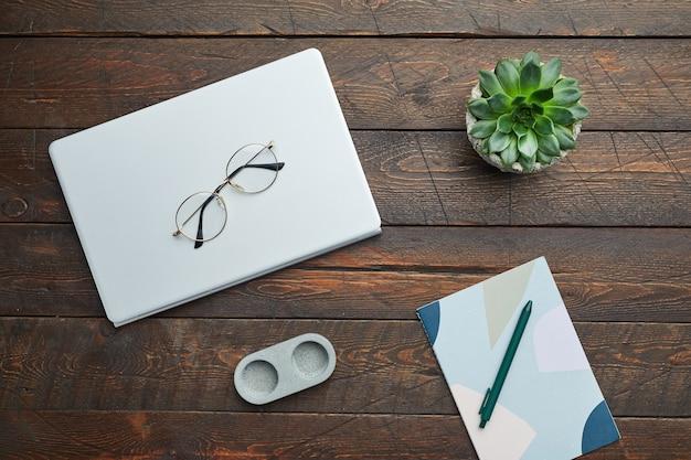 Minimaal bovenaanzicht plat leggen van zakelijke accessoires glazen en sappig op houten werkplek achtergrond,