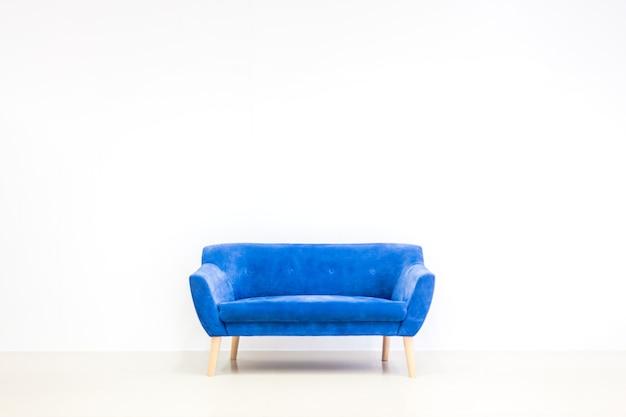 Minimaal concept van woonbinnenland met heldere blauwe bank op witte vloer en achtergrond. wandmodel in scandinavische stijl.