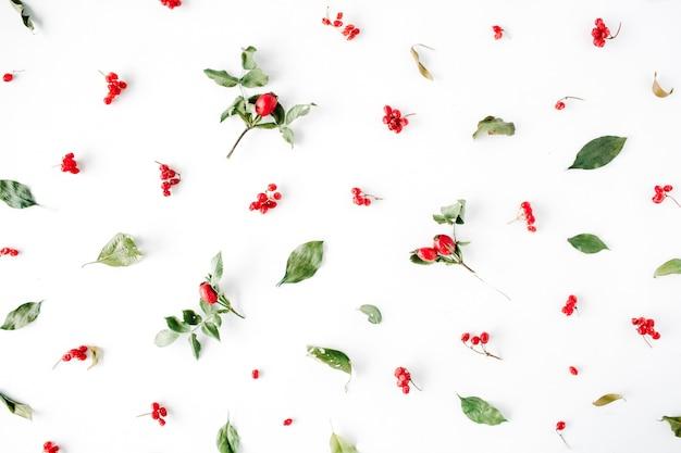 Minimaal creatief patroon van de bessenregeling op wit. kerstmis.