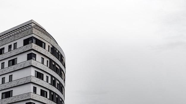 Minimaal flatgebouw in de stad met exemplaarruimte
