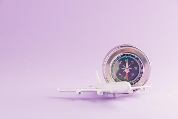 Minimaal speelgoedmodel vliegtuig en kompas