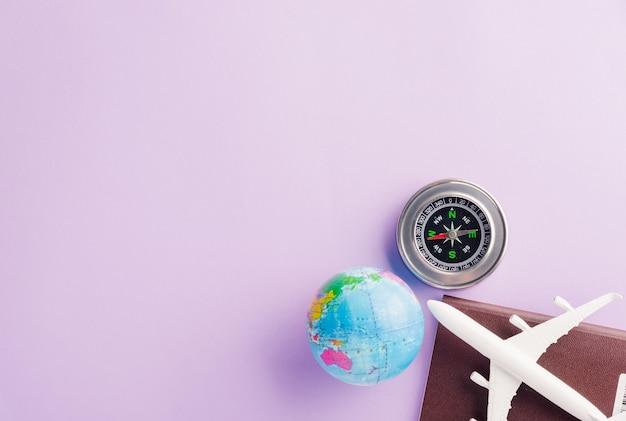 Minimaal speelgoedmodel vliegtuig, kompas en wereldbol
