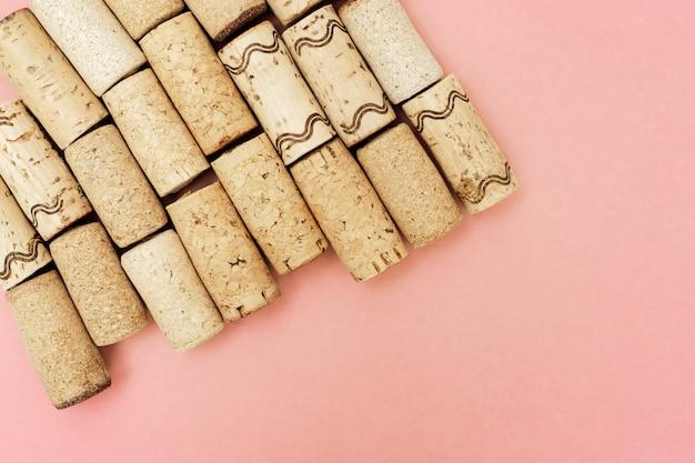 Minimaal trendy concept met kurken van wijnflessen op roze papier