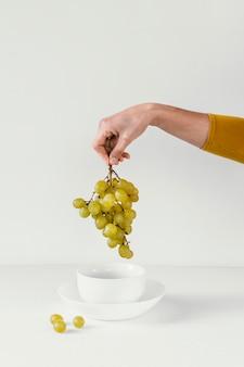 Minimale abstracte druiven en hand