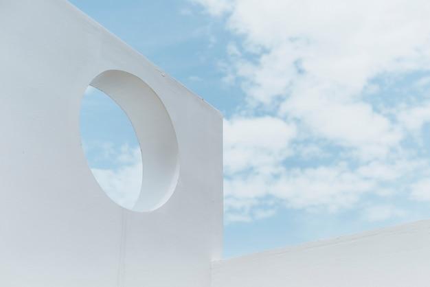 Minimale architectenachtergrond en blauwe lucht