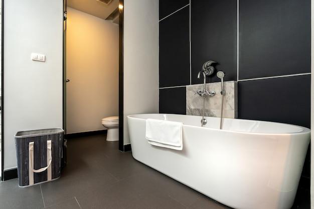 Minimale badkamer met ligbad