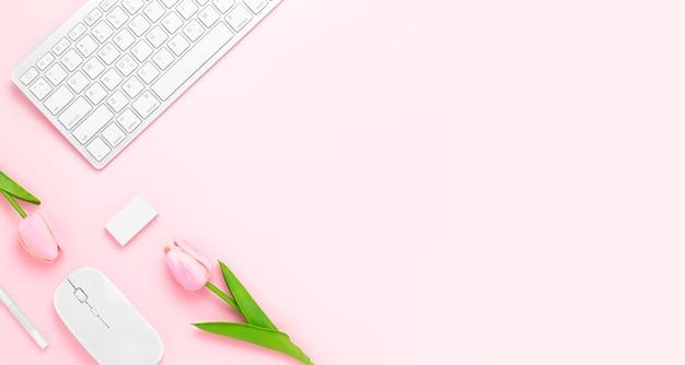 Minimale bureautafel met toetsenbord computermuis witte pen tulp bloemen gum