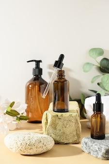 Minimale cosmetische producten met natuurlijke cosmetica op een neutrale beige achtergrond met schaduwoverlay