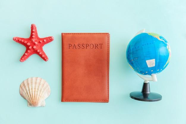 Minimale eenvoudige plat lag reis avontuur reisconcept op blauwe pastel kleurrijke trendy moderne achtergrond