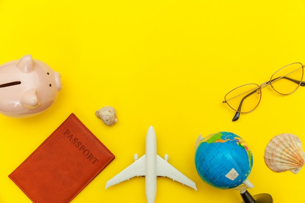 Minimale eenvoudige plat lag reis avontuur reisconcept op gele kleurrijke trendy moderne achtergrond