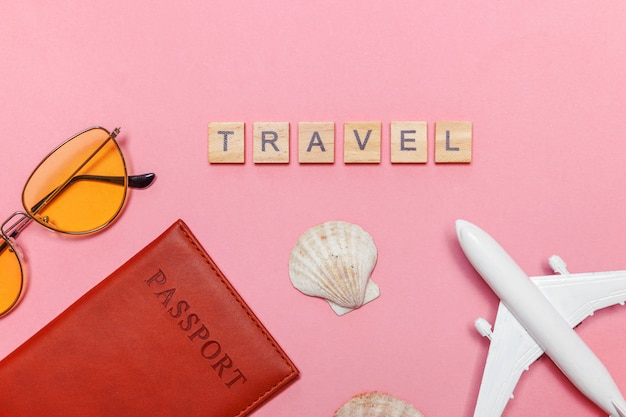 Minimale eenvoudige plat lag reis avontuur reisconcept op roze pastel trendy moderne achtergrond