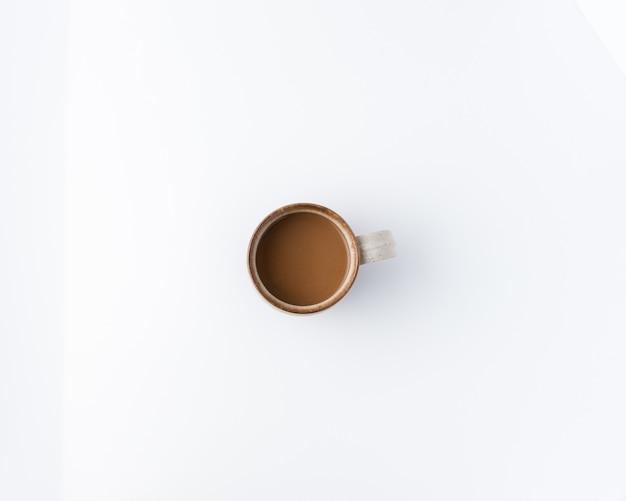 Minimale foto van een koffiekopje, plat lag, bovenaanzicht