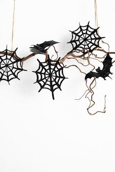 Minimale halloween-decoratie die op geïsoleerde boomtak hangen