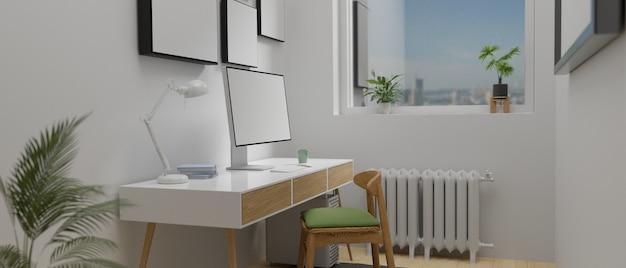 Minimale kantoorruimte aan huis met computerbureau naast het raam, frame en plantenpotten,
