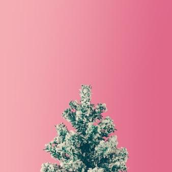 Minimale kerstboom op roze achtergrond. plat leggen. seizoen concept.
