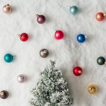 Minimale kerstboomdecoratie in sneeuw. nieuwjaar vakantie partij concept. plat leggen.