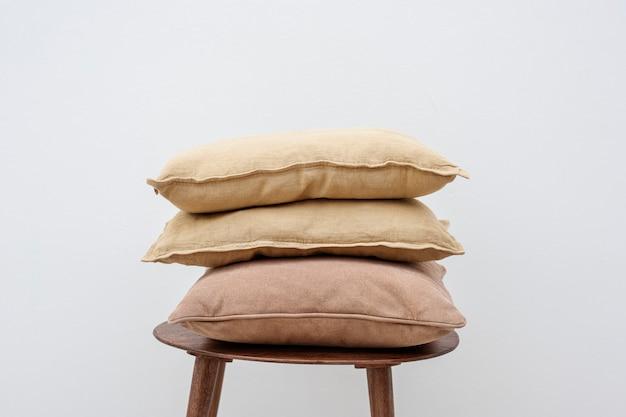 Minimale linnen kussenhoezen op een stoel