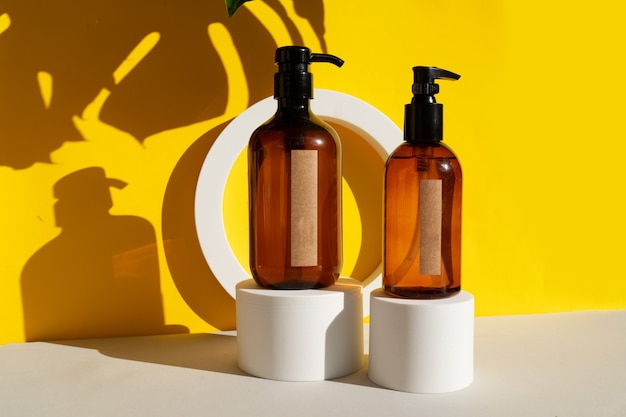 Minimale moderne cosmetische producten worden weergegeven met twee buizen op gele en grijze achtergrond met schaduwoverlay