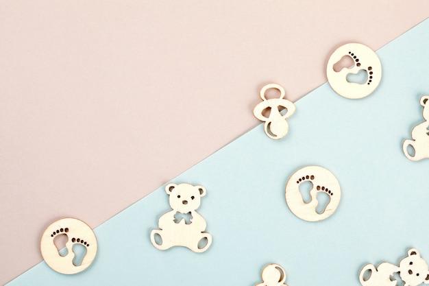 Minimale pastel decoratieve achtergrond met kleine houten figuren voor pasgeboren verjaardag