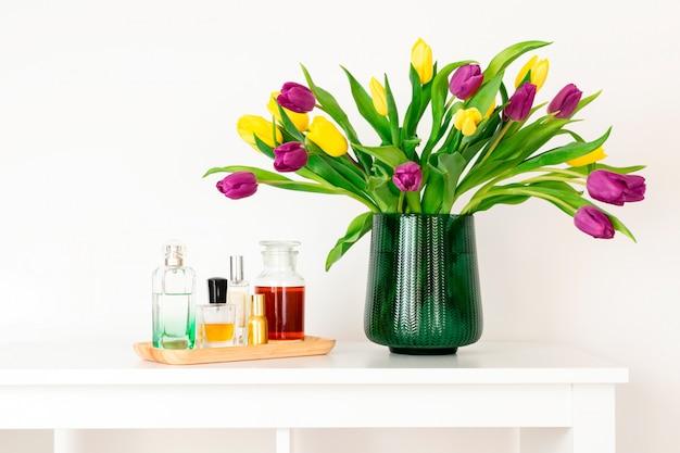 Minimale samenstelling, scandinavische scandinavische hygge-stijl, interieur, moederdag tulpen in groene vaas