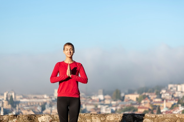 Minimale vrouw die middelgroot schot mediteert