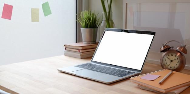 Minimale werkplek met open laptop met leeg scherm
