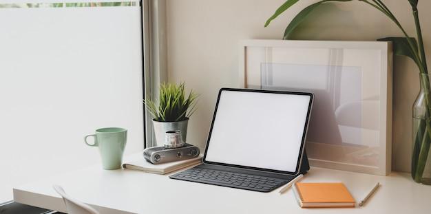 Minimale werkplek met tablet met leeg scherm