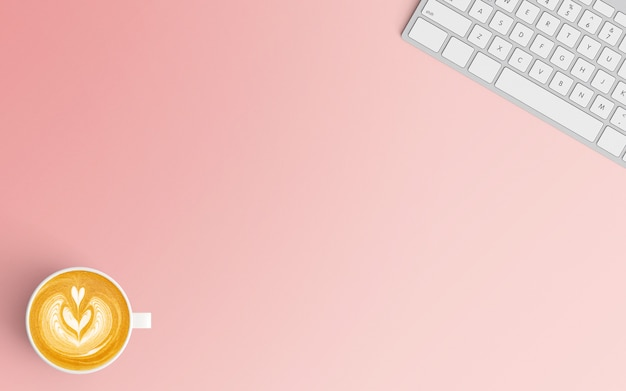 Minimale werkruimte met koffiekopje en toetsenbord op roze kleur