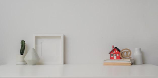 Minimale werkruimte met mock-up frame en kopie ruimte