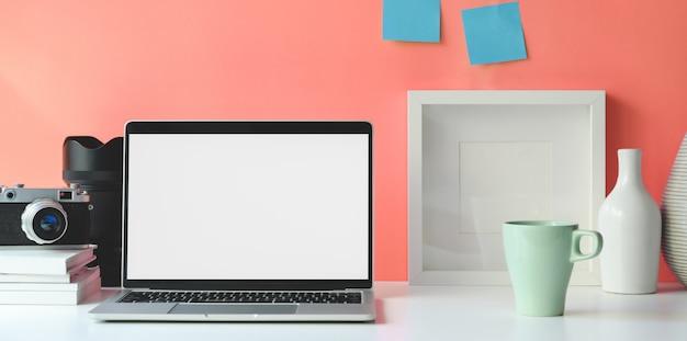 Minimale werkruimte met open laptop met leeg scherm