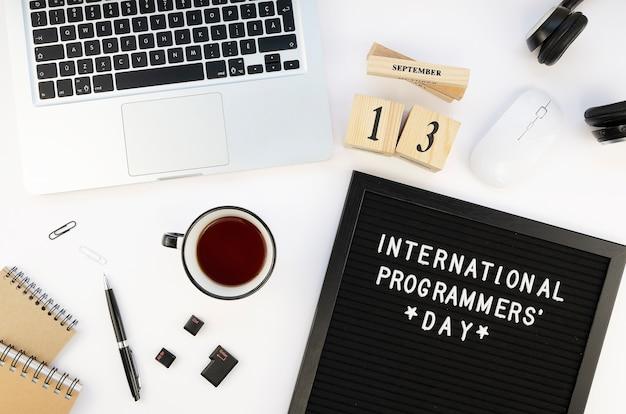 Minimale werkruimte tafel met laptop en thee voor programmeursdag