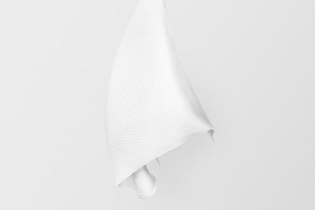 Minimale witte sjaal tegen witte muur