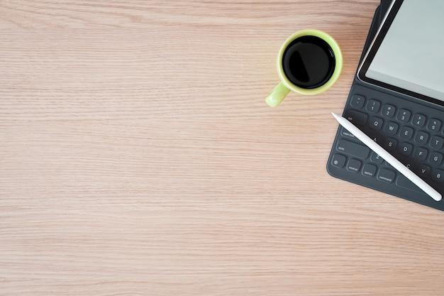 Minimale workspace-tablet, slim toetsenbord en kopieerruimte