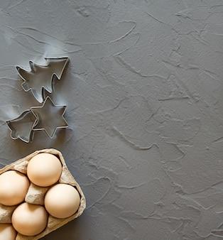 Minimalisme in de keuken. eieren en koekjesvormen.