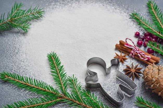 Minimalisme. kerst achtergrond met een scherpe koekjesvorm en een tak van de boom heeft een plek voor tekst. bovenaanzicht platte lay-out