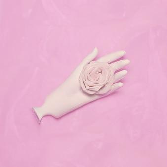 Minimalisme mode kunst. hand witte en witte roos.