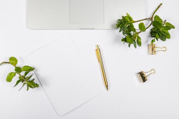 Minimalistisch arrangement met leeg papier