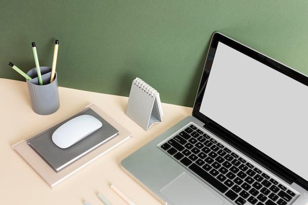 Minimalistisch assortiment zakelijke bureaus hoge hoek