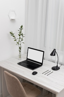 Minimalistisch bureau met hoge hoek