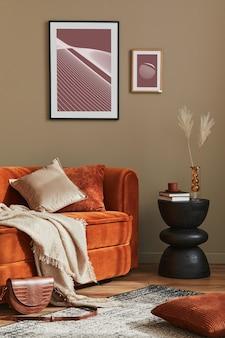 Minimalistisch concept van stijlvol woonkamerinterieur met design fluwelen ertsbank, posterframe, kruk, kussen, decoratie en elegante accessoires in modern interieur.