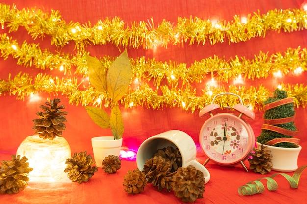 Minimalistisch conceptidee dat producten koffiemok weergeeft op kerstmis en nieuwjaar backgroundred