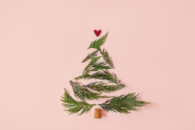 Minimalistisch kerstboomconcept creatieve winterlay-out gemaakt met groenblijvende boomtakken