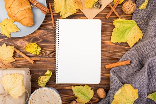 Minimalistisch notitieboek met bovenaanzicht met mock-up