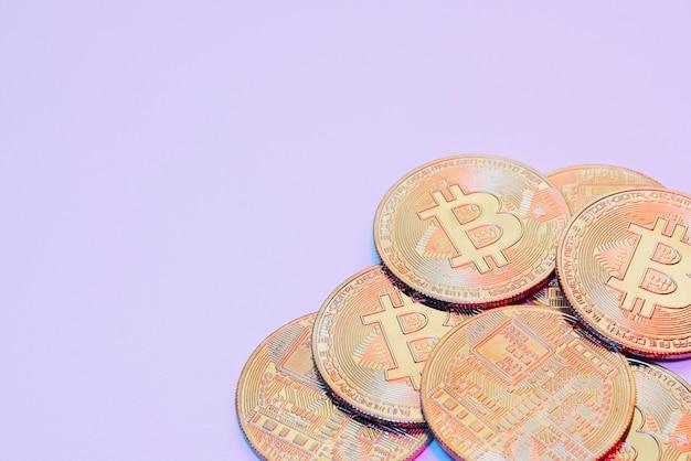 Minimalistisch stillevenarrangement met cryptocurrency