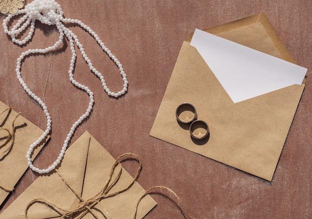 Minimalistisch trouwarrangement met geopende envelop