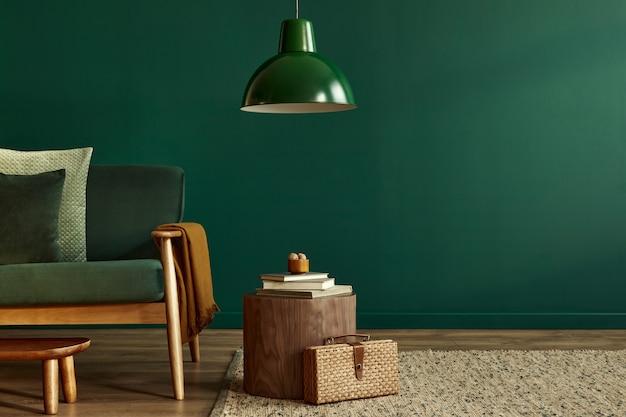 Minimalistisch woonkamer interieur in stijlvol huis met design fluwelen sofa, tapijt op de vloer, bruin houten meubels, plant, boek, hanglamp