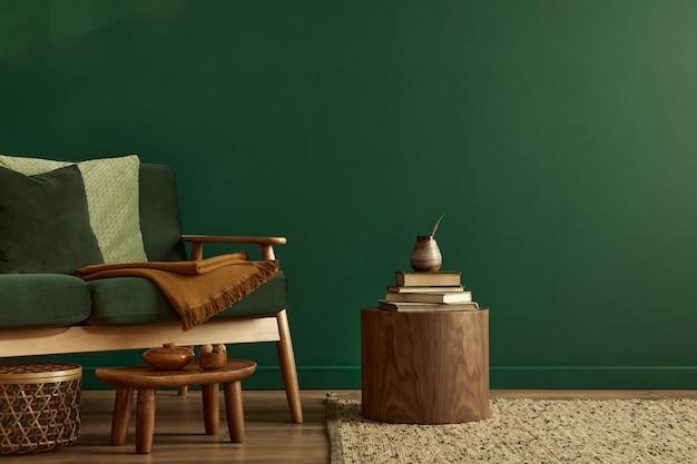 Minimalistisch woonkamerinterieur in stijlvol huis met design fluwelen bank, tapijt op de vloer, bruin houten salontafel, boek, mand