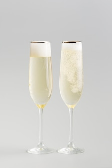 Minimalistische achtergrond van luxe de witte wijnglazen