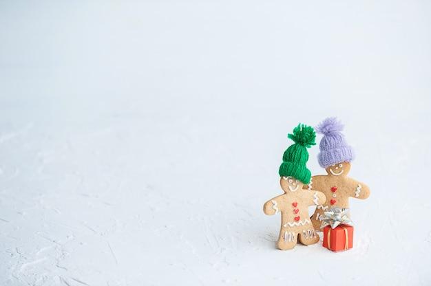 Minimalistische achtergrond voor kerstmis en nieuwjaar. gemberkoekjes.