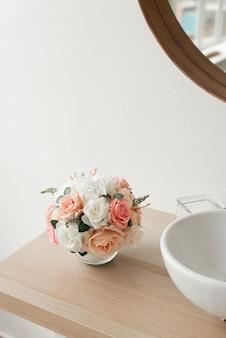 Minimalistische badkamerinrichting. minimalistische stijl bij renovatie